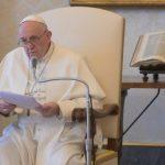 O Papa na Audiência Geral: crucifixo e Evangelho, grande liturgia doméstica